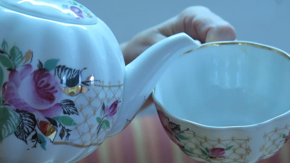 Kontakt zwischen die Tassenkante  und Kanne  - Ausguss