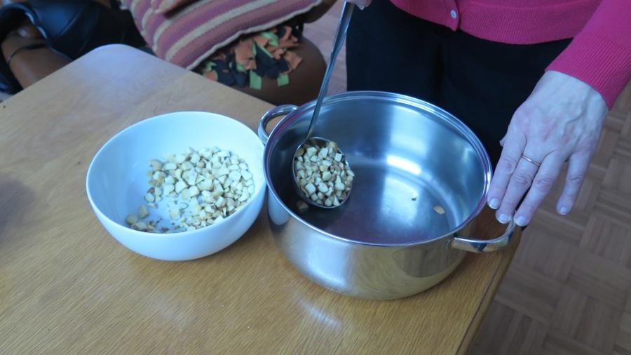 So kann man Kartoffel mit dem Schöpflöffel in die Suppe bri