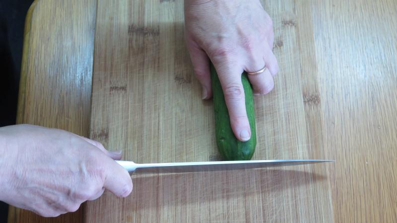 Messer an der gurkenspitze
