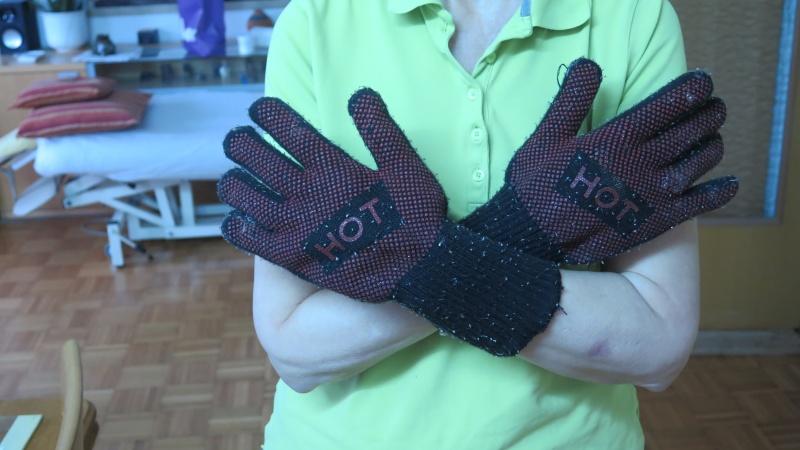 hände mit Backofen handschuhe gekreuzt von der brust