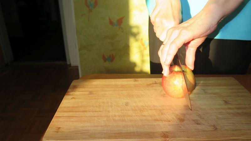 Apfel wird halbiert