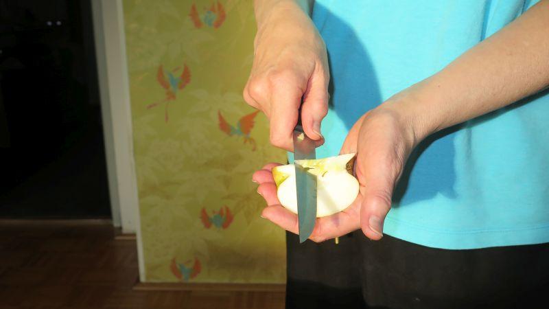 kerngehäuse wird mit dem messer entfernt
