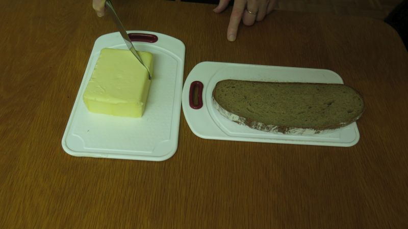 von der butter wird eine ecke abgeschnitten