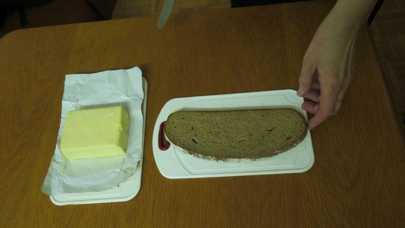 butter und brotscheibe liegen nebeneinander