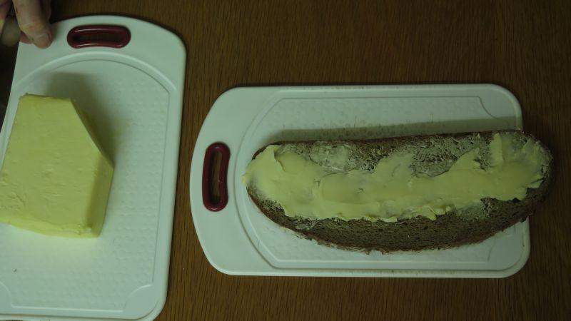 butter in einer linie auf dem brot verteilt