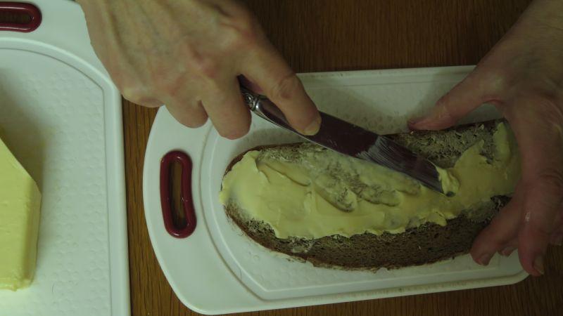 butter wird auf dem brot auseinandergestrichen.jpg